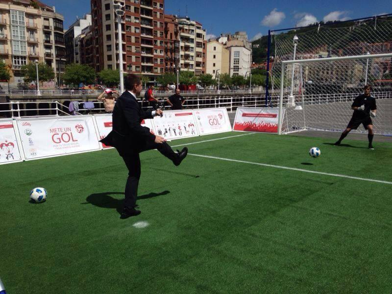 Javier Azparren en la campaña 'Mete un gol por tu salud sexual y sigue siendo el que eras'